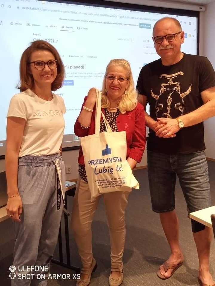 Nauczycielka języka angielskiego Pani Jowita Urbańska, prowadząca szkolenie Pani Angela Nasulea oraz Dyrektor szkoły ZSRCKU w Przemystce Pan Jacek Malinowski